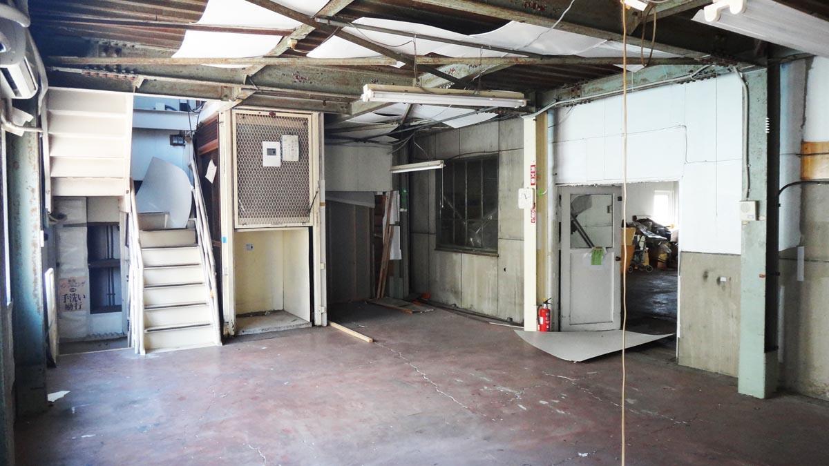 右手の扉の奥に作業スペースがあります(2階)