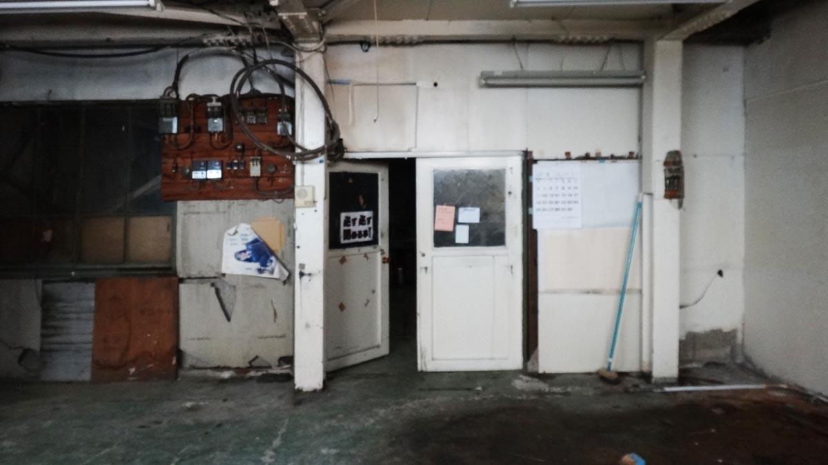 ドアの奥に広い作業スペースがあります(1階)