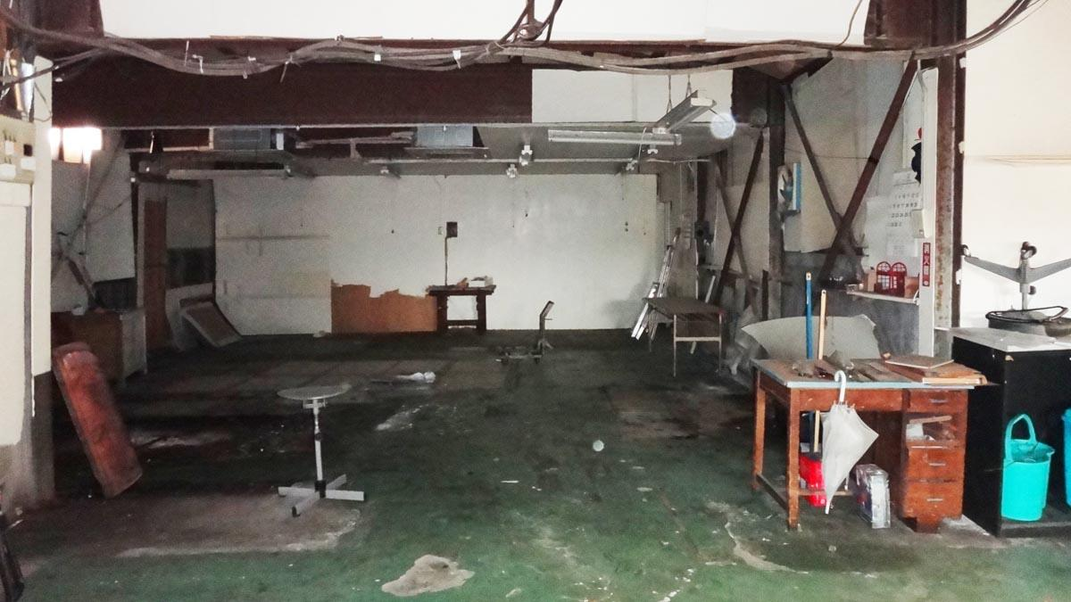 広い作業スペース、少し薄暗い(1階)