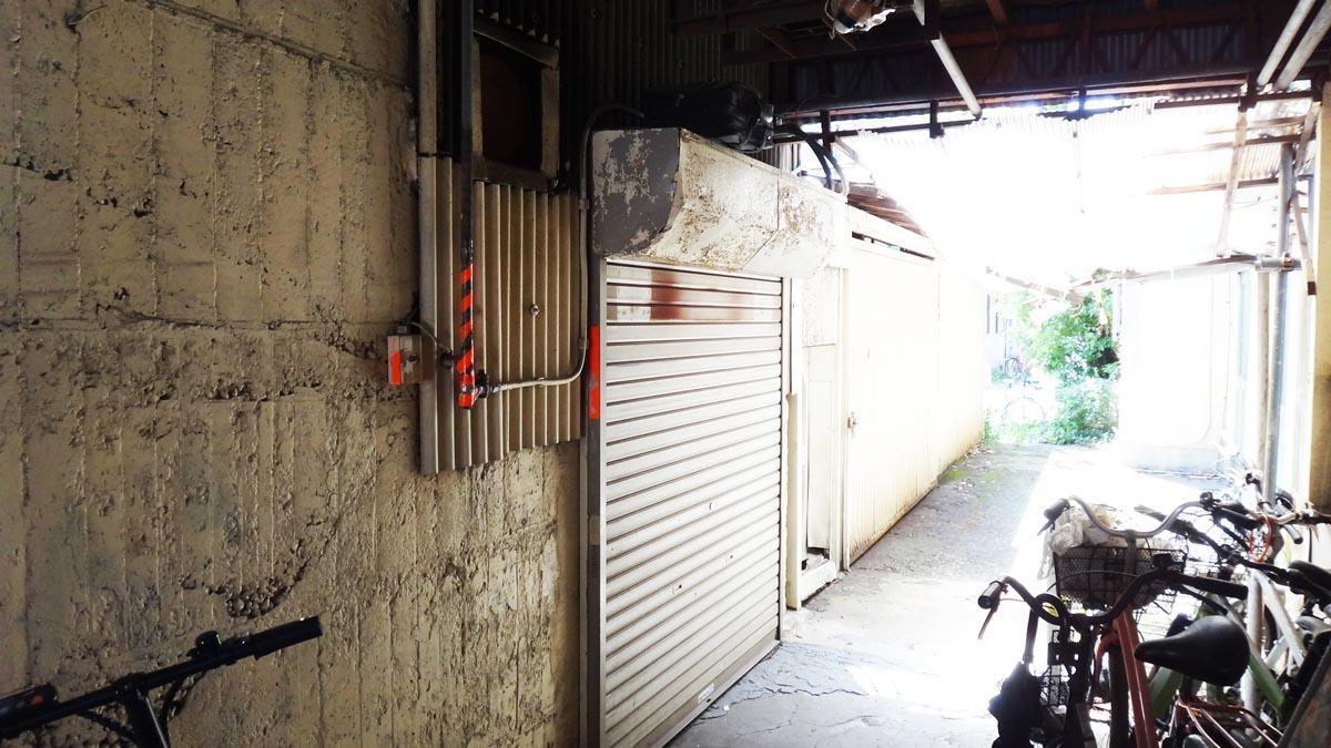 道路から建物に少し入ったところに入口があります