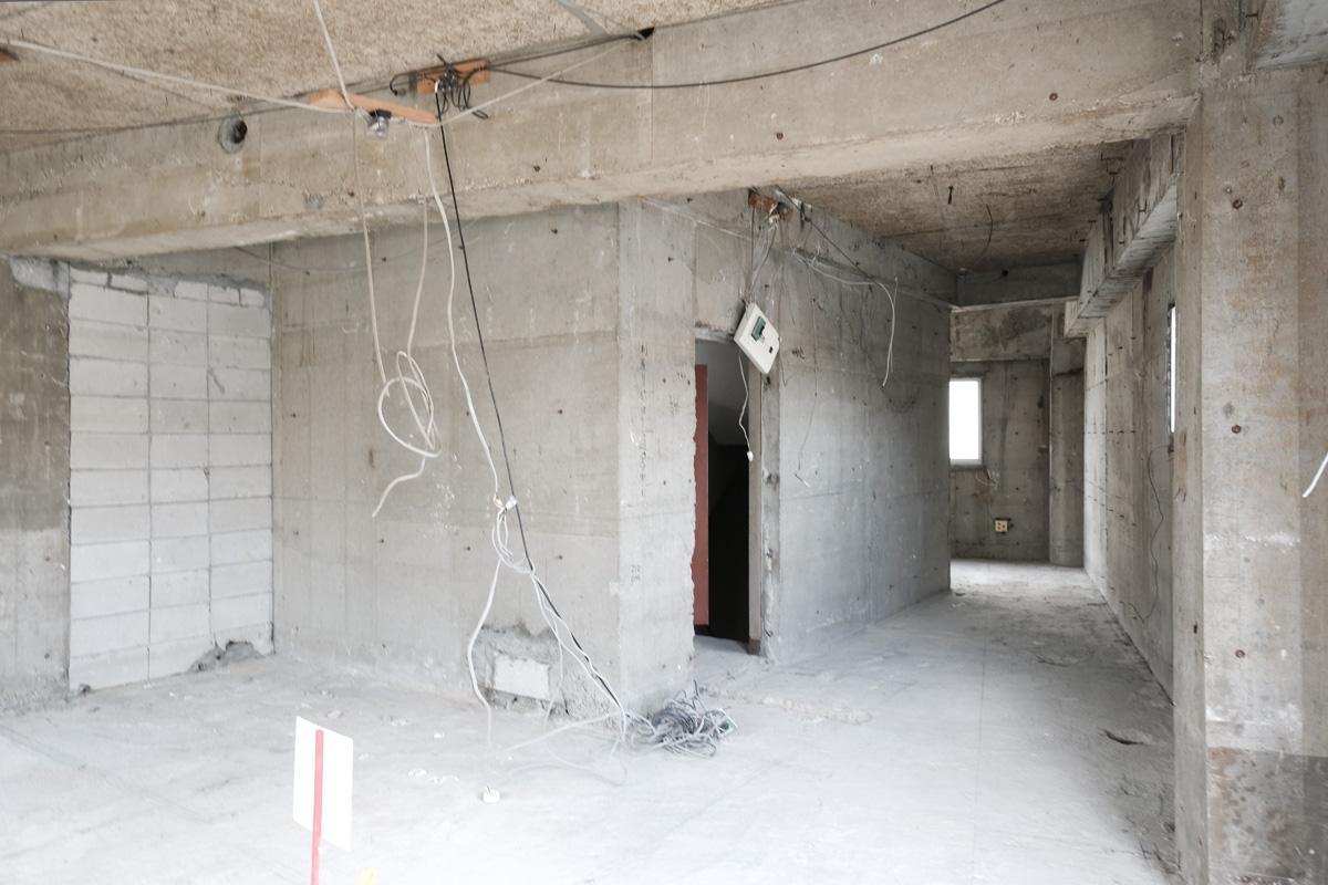302号室:細くなっている右奥の部分にはキッチンなどが設置されます
