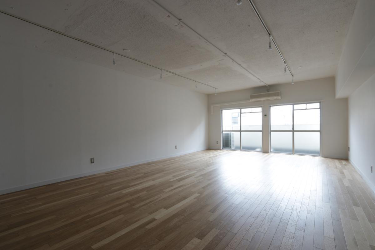 (405号室)オーク材と白い壁は鉄板の組み合わせ