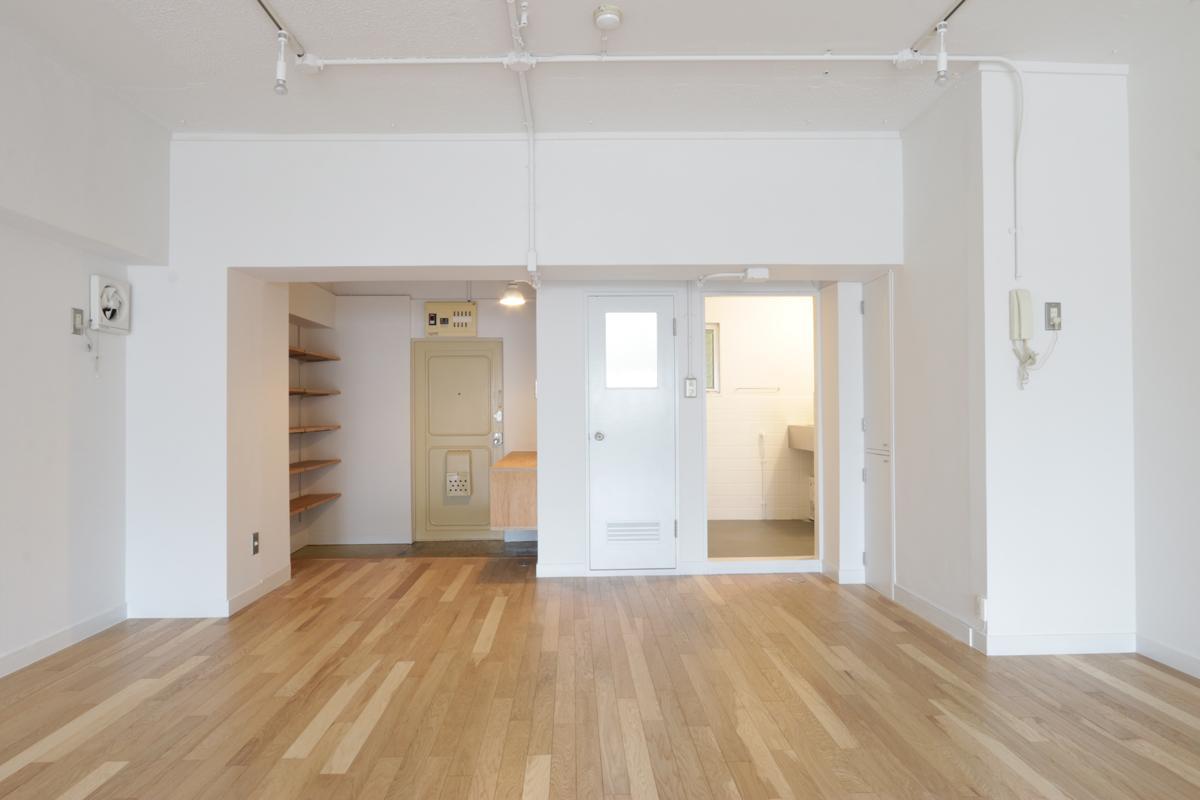 (405号室)トイレのドアあたりはレトロな雰囲気も残ります