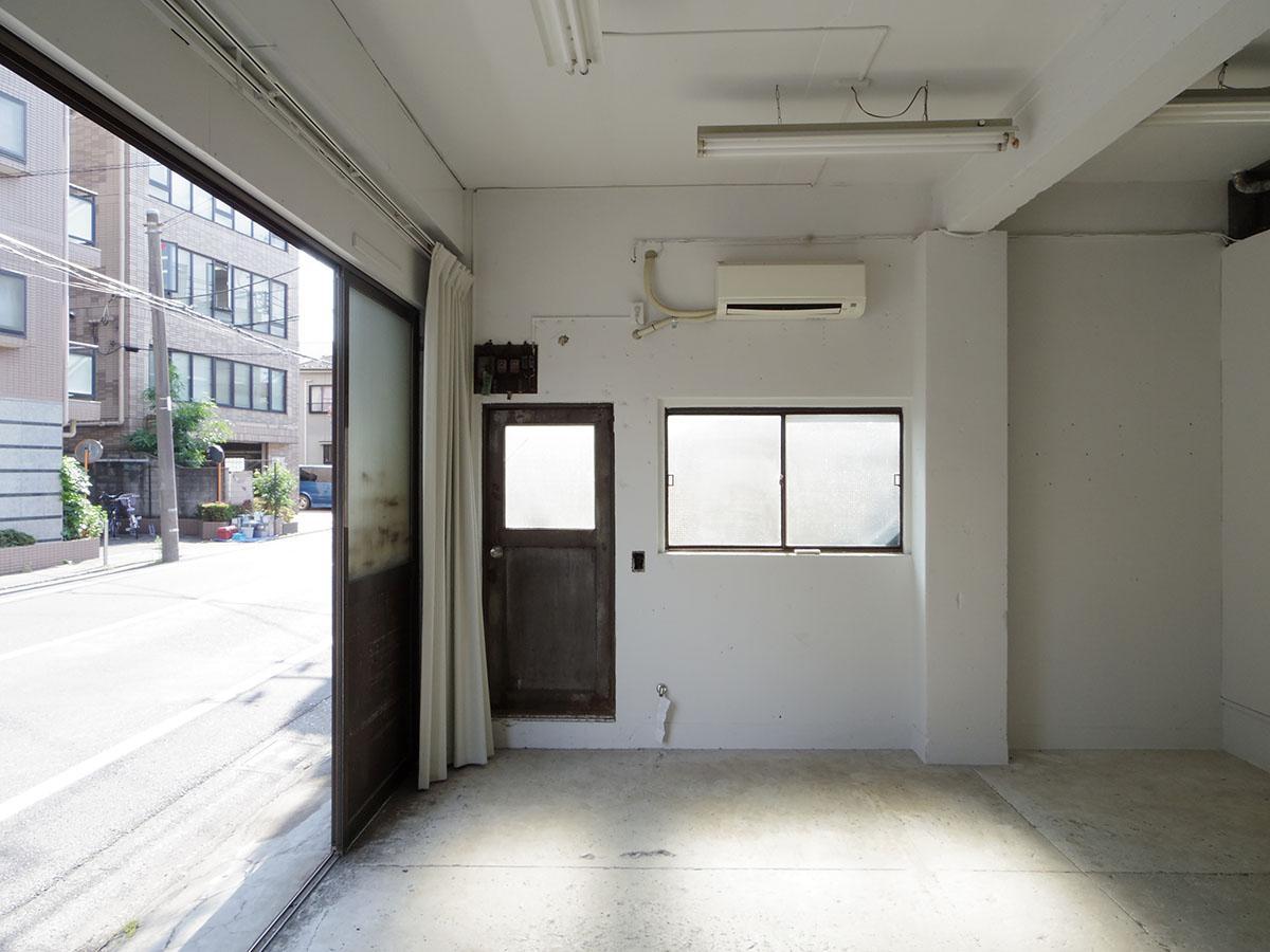 入り口は南向き。西側にも出入り口と窓があって、陽が入って来ます