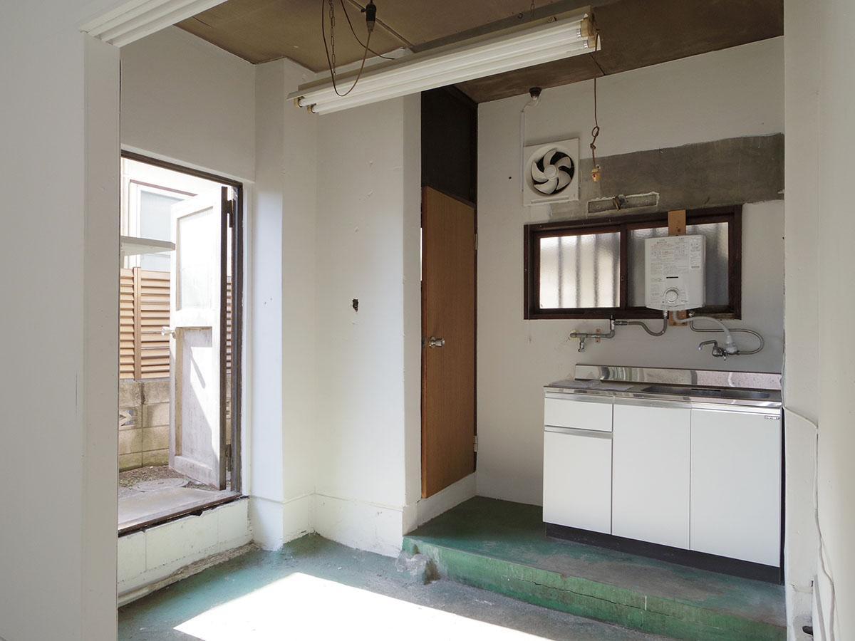 キッチンには残置物扱いですが、電気温水器が付いています