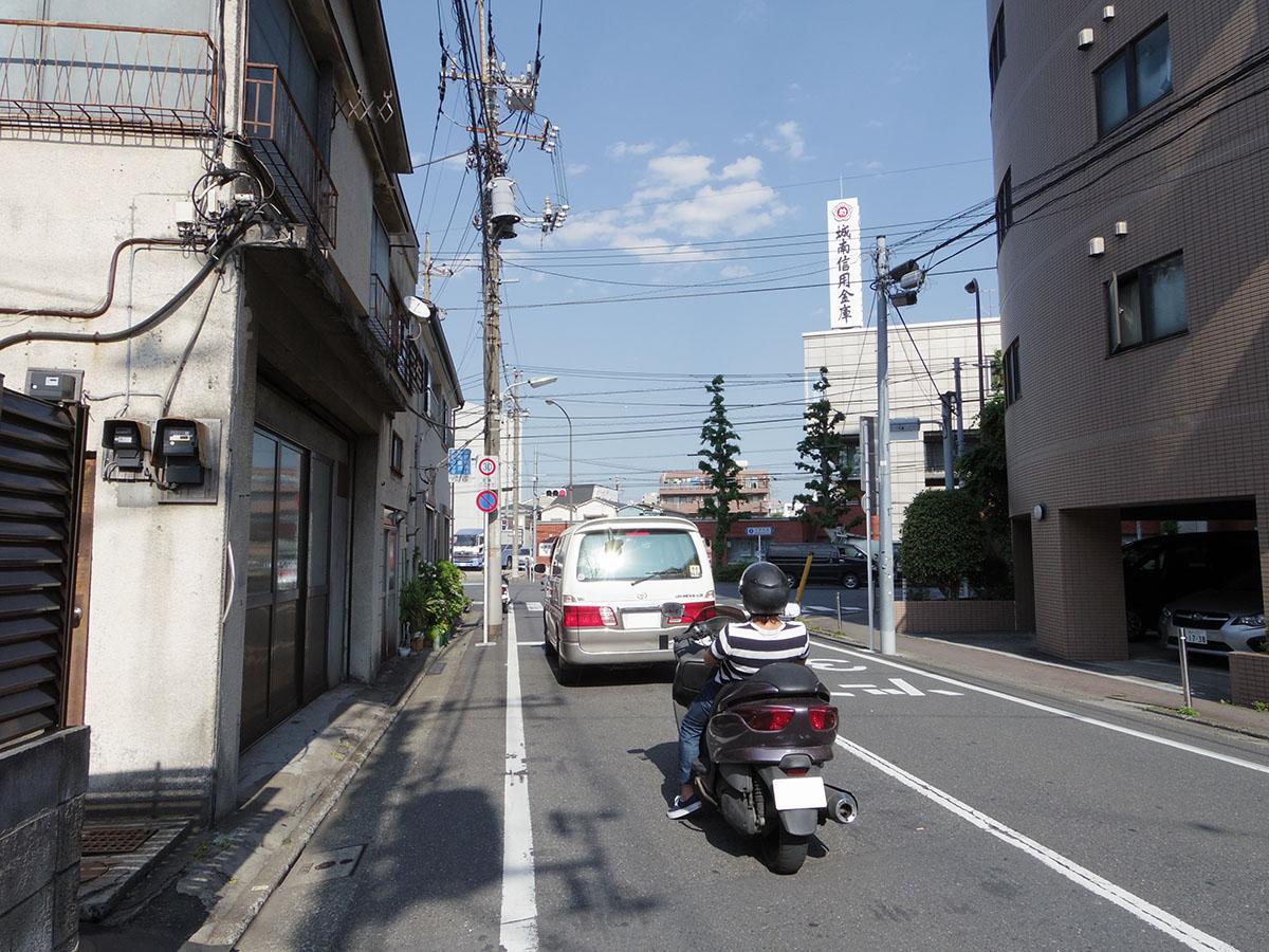 前面道路は2車線でそんなに車通りは多くないです。その先は交通量の多い中原街道