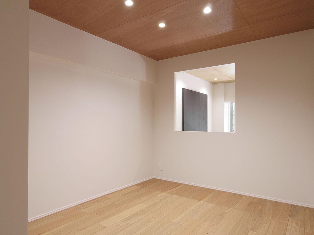 約5.3畳の洋室。窓がつけられていない開口部は、別途費用でガラスや開閉窓をつけて引き渡すことも可能