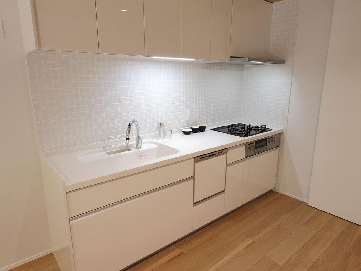 シンプルなキッチンは食器洗浄機付き