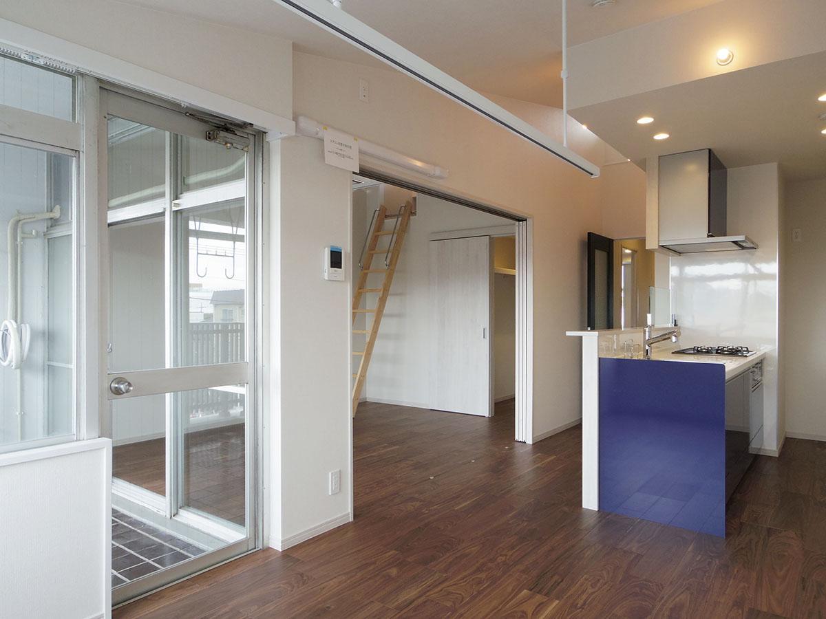 リビングと6.4畳の洋室の間仕切りを開けておけば、広いリビングの出来上がり