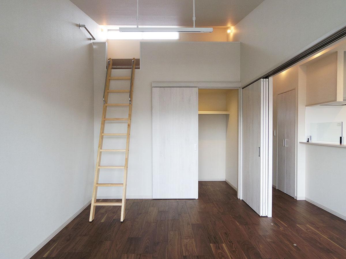 6.4畳の洋室はロフトがあって、かなり天井高め