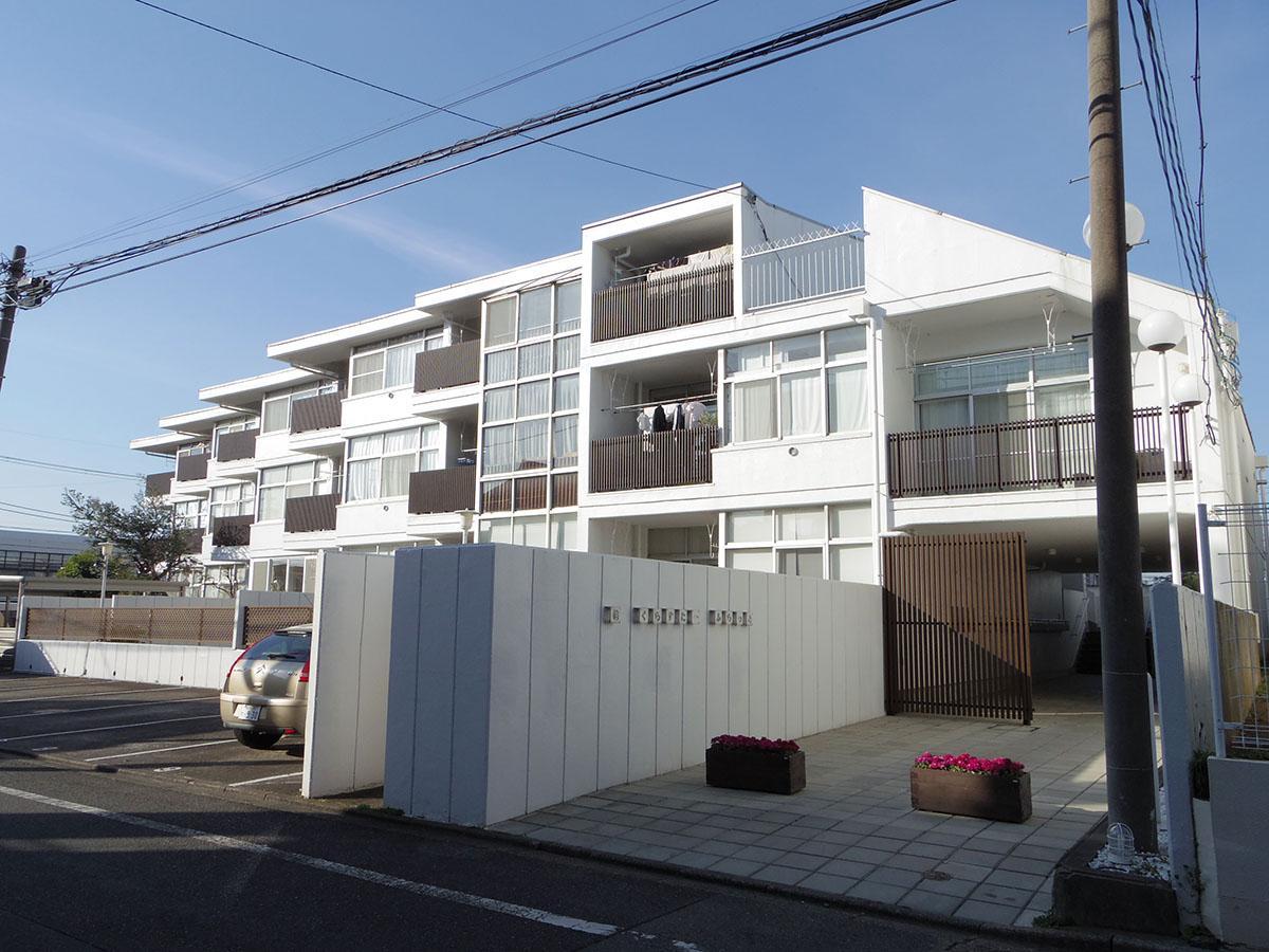 雁行した外観がかっこいいレトロマンション。今回募集するのは最上階、一番左側の角部屋