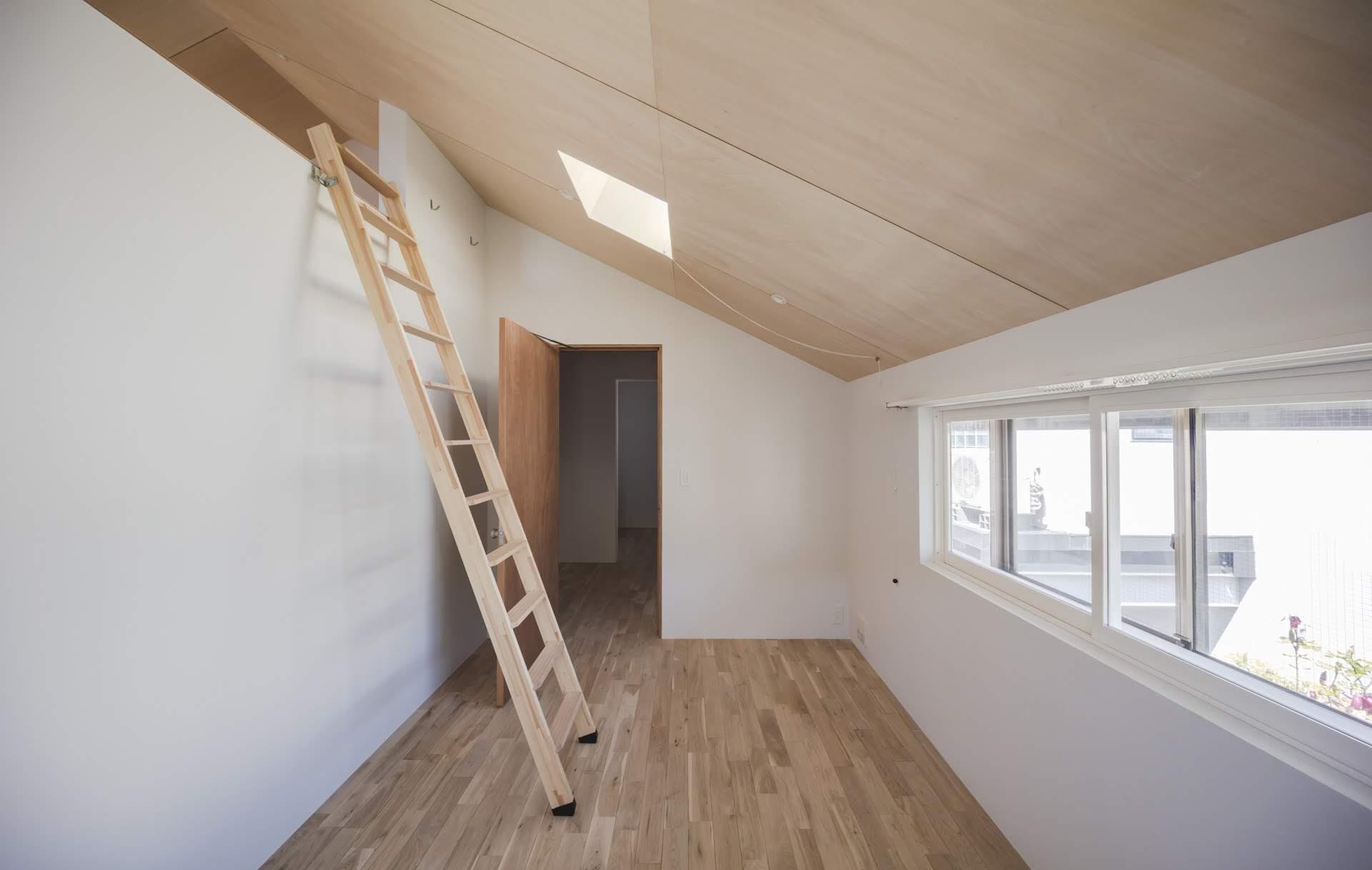 2階の個室的な寝室からはロフトに上がれます(撮影:高橋菜生)