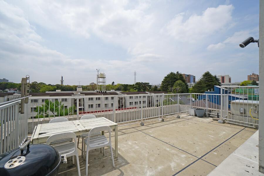 屋上。写真奥の緑が駒沢公園。風が良く抜けます