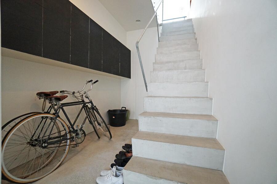 玄関。階段下にも収納があるので、靴やアウトドア用品などの収納には困らなそう