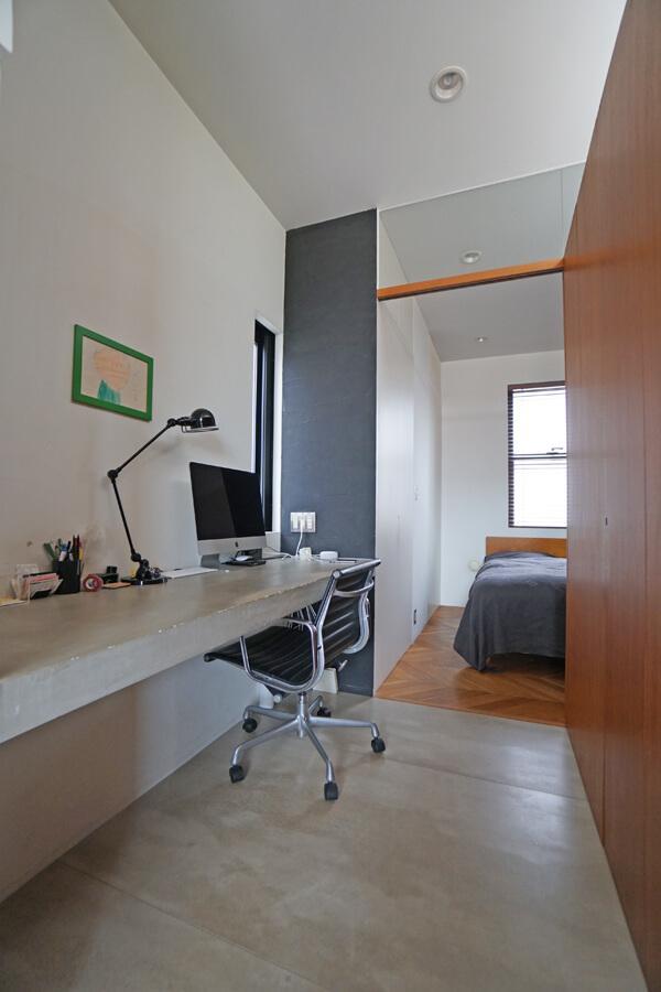 キッチンの脇は書斎スペース。備え付けの机はなんとコンクリート