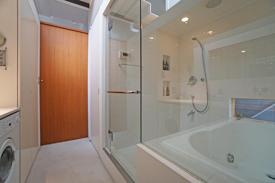 浴室はガラス張り。おかげで洗面脱衣室は窮屈な印象はありません
