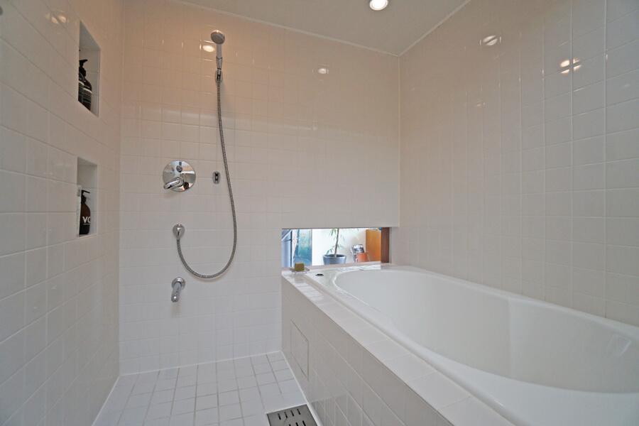 浴室。湯船につかるとちょうど良い位置に窓があり、開放的