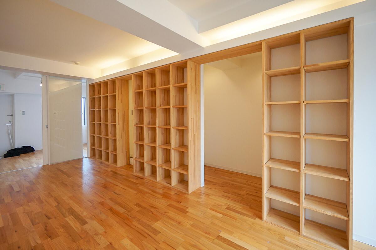 704号室:本棚の後ろはトイレやコピー機を置けるスペース