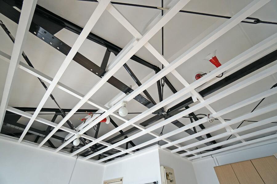 天井を吊っていた下地を残して塗装。天井裏に向けた照明を点灯するといい雰囲気