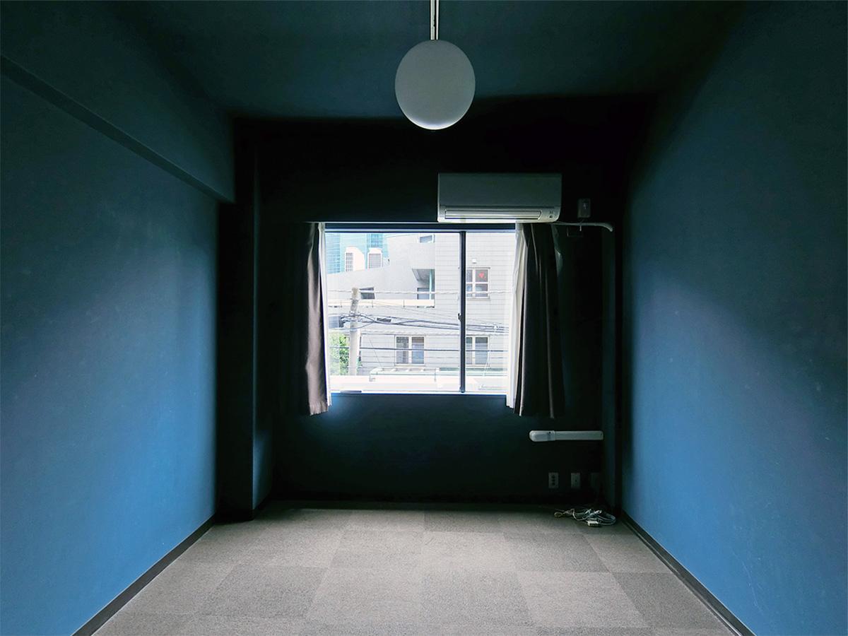 実際の色は、この写真の左右の壁の色に近いかと思います