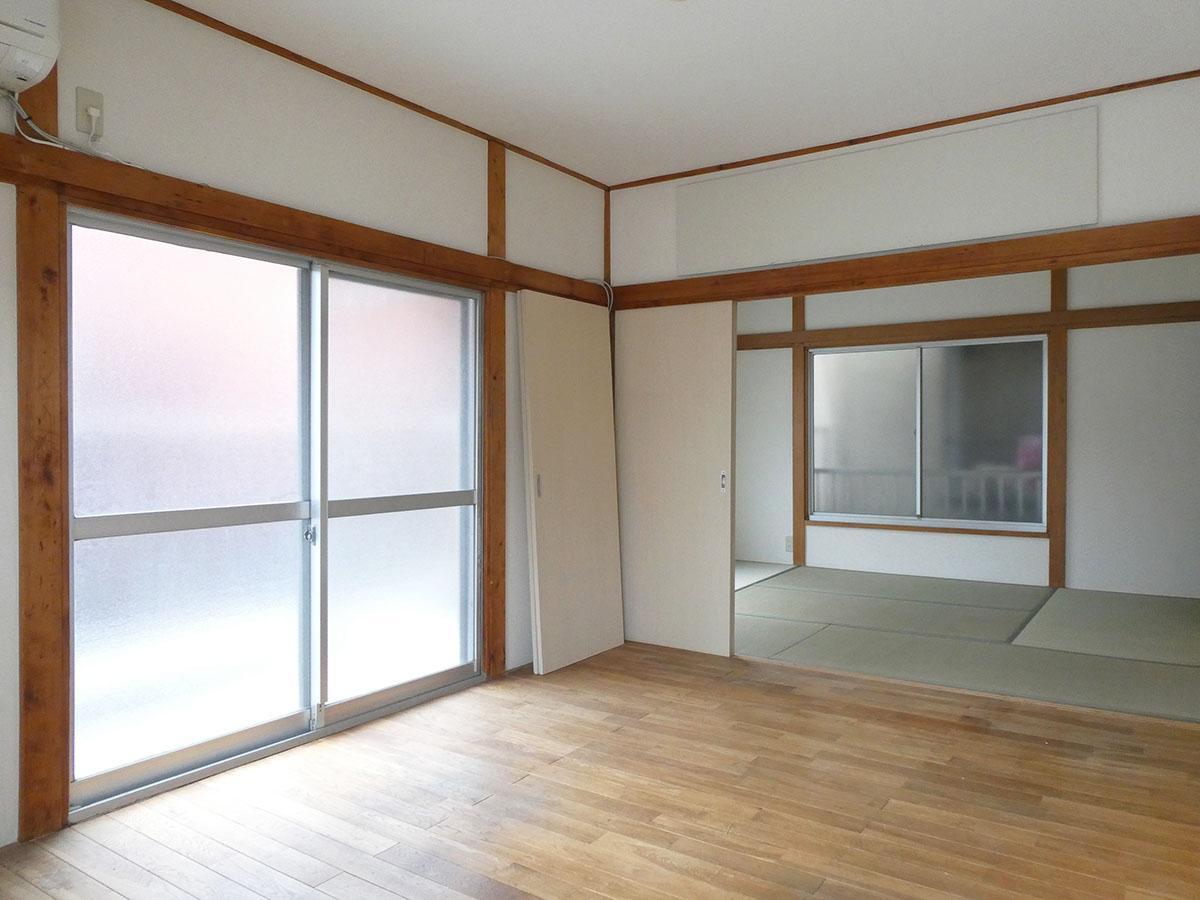 2階の洋室と和室。窓はすりガラスですが、南と西からしっかり日が入る