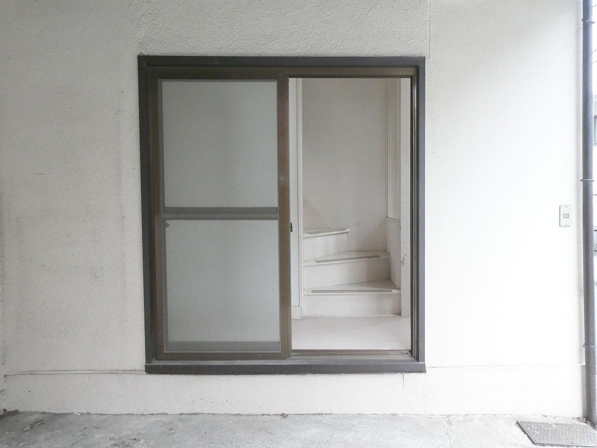 駐車場から直接アクセスできる窓があるので、物の出し入れも楽々
