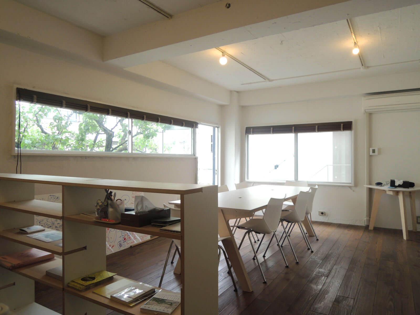 小さな部屋に、2面つながる窓の効果は大きい。