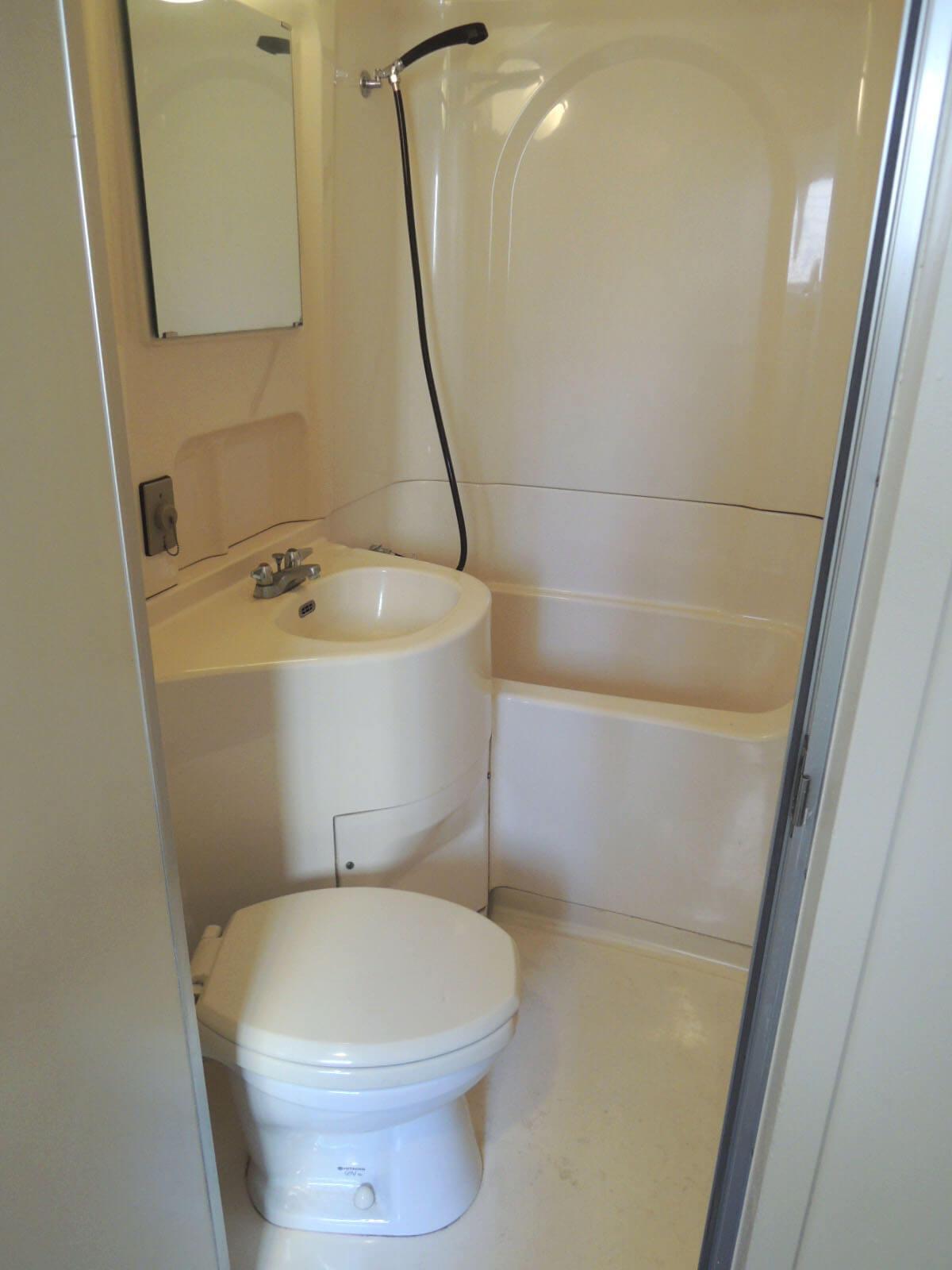 トイレは3点ユニットでお許しを。