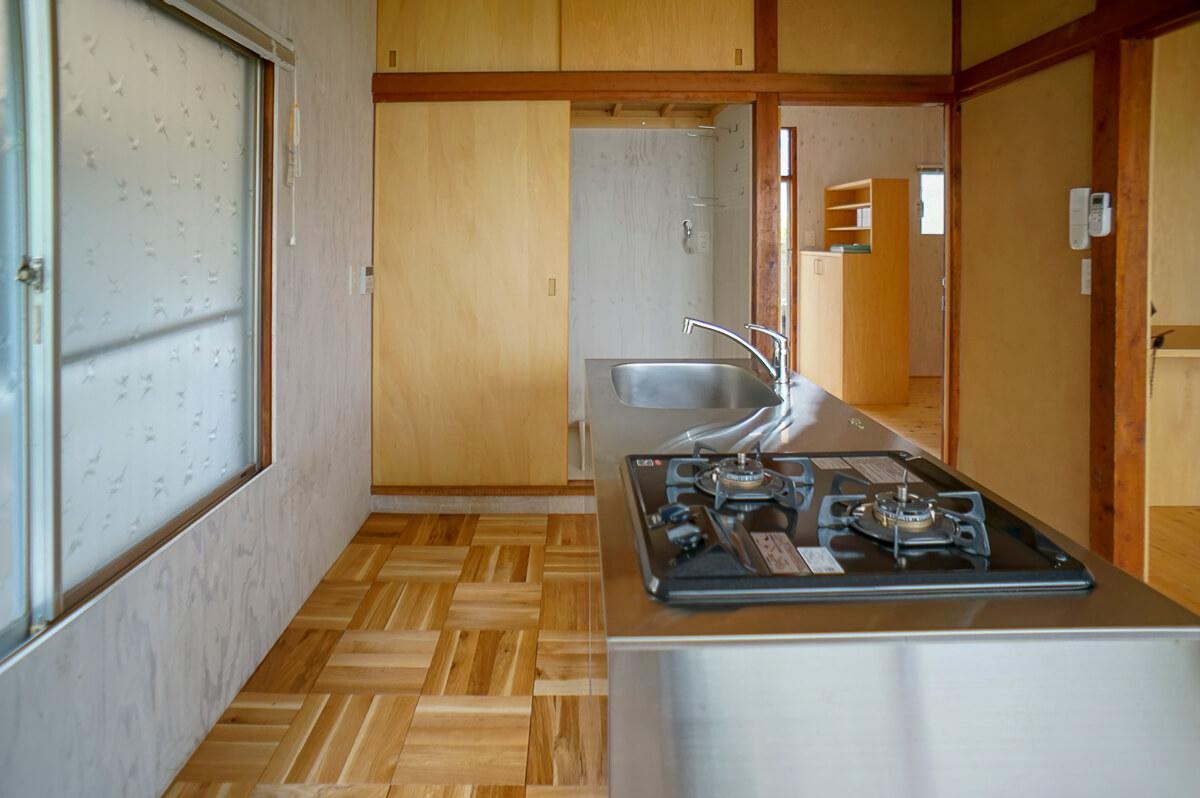 カスコンロ2口。キッチン側の床は寄せ木のフローリング