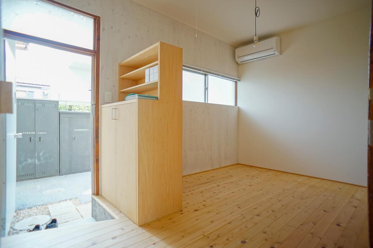 玄関横、下駄箱の裏がベッドルーム