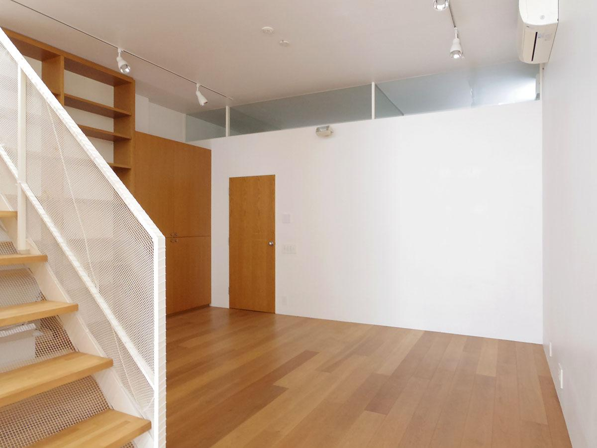 リビング奥のフリースペース。階段より奥側、水回りへの入り口より右側は部屋にできるように下地が設えてあります