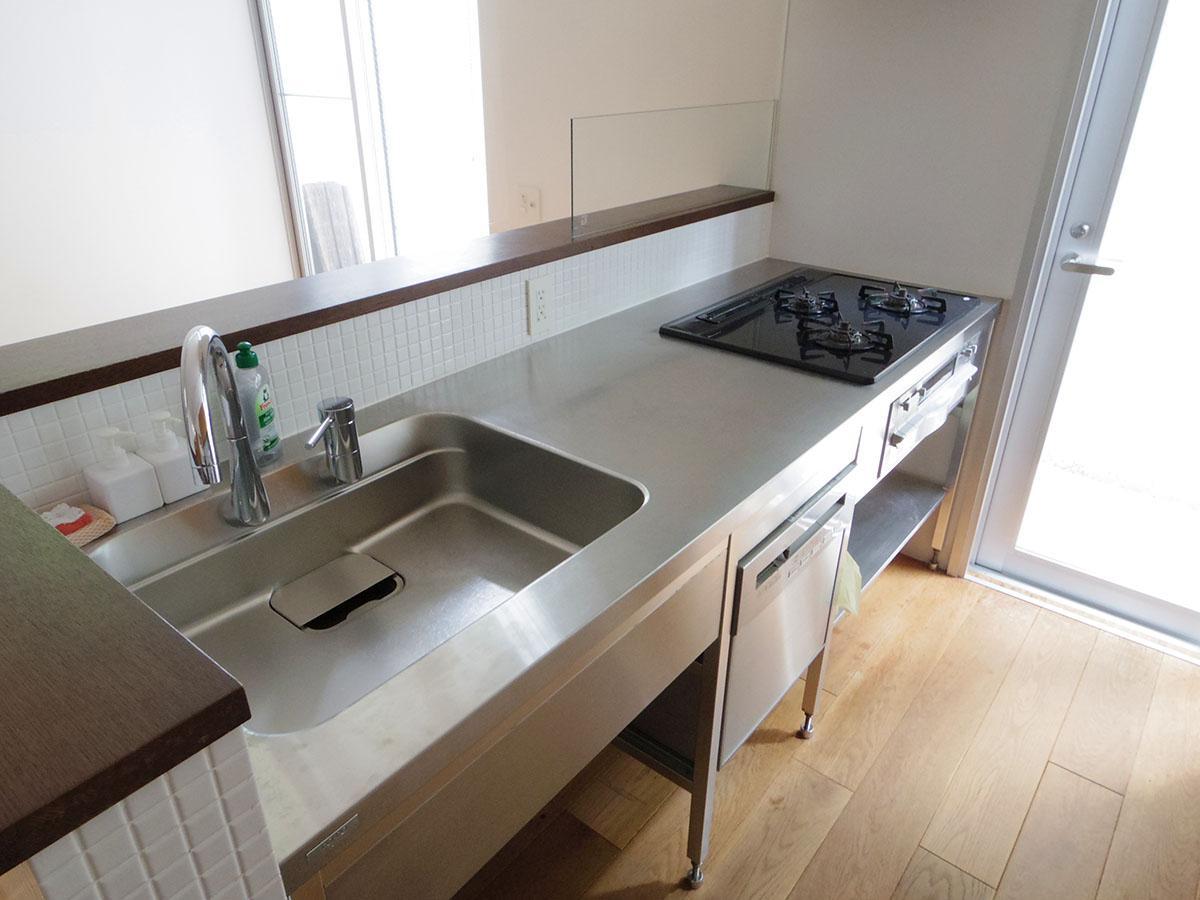 キッチンはスタイリッシュなステンレス。食器洗浄機付き