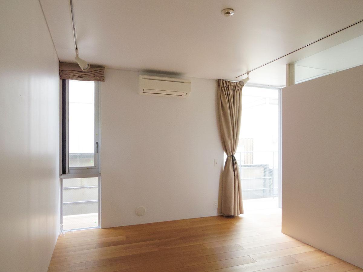 1階の寝室。こちらも窓が多く安定した光が入る