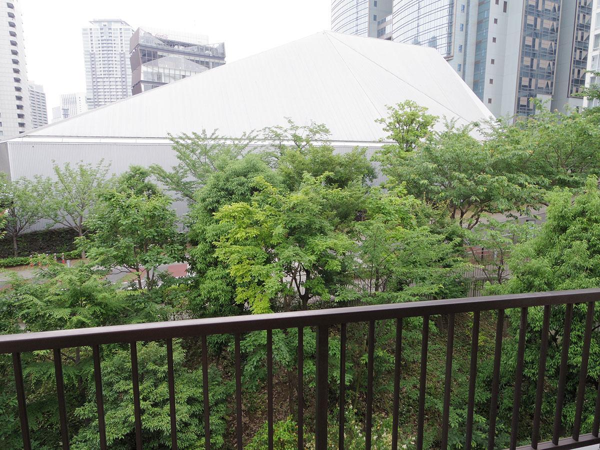 バルコニーからの景色。近代的なビルと緑のコントラスト