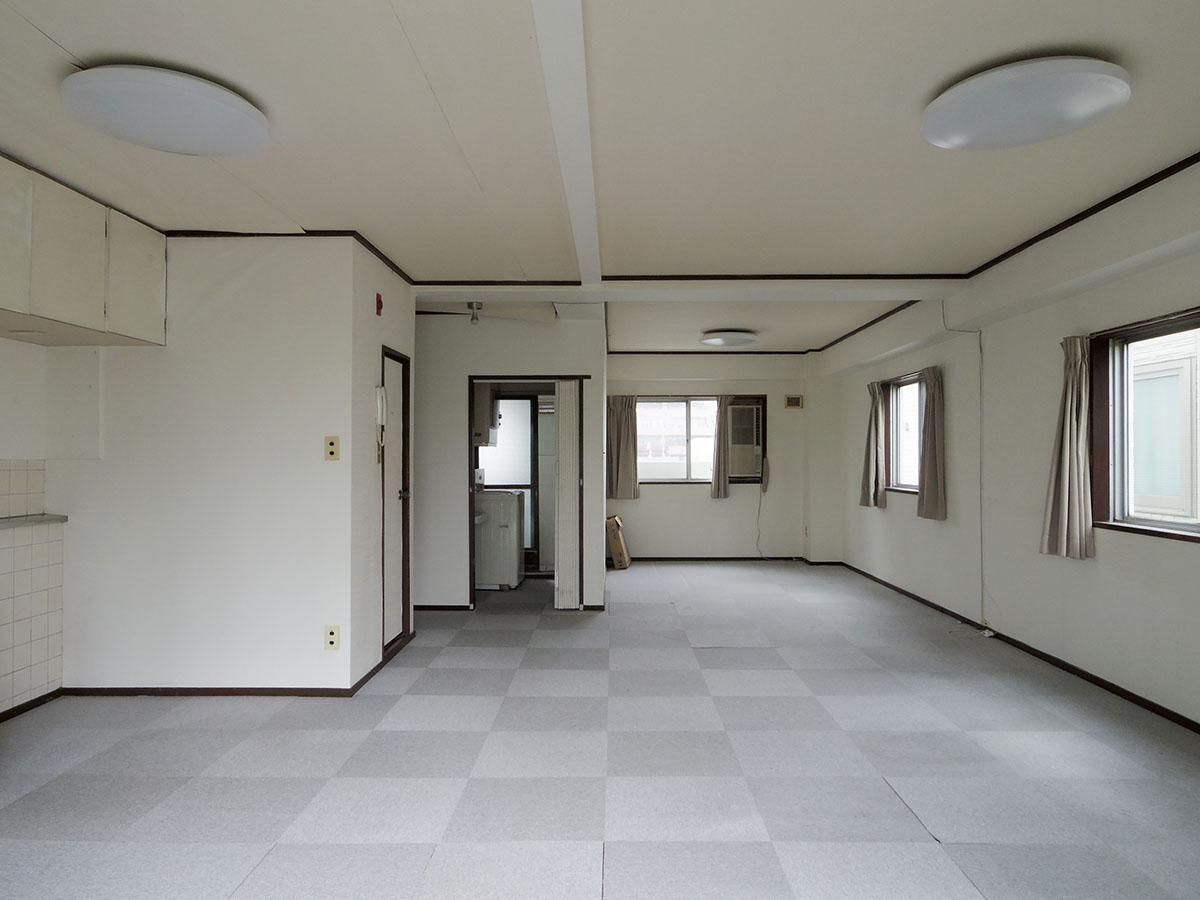 バルコニーから見た室内。広いワンルームなので、レイアウトしやすい