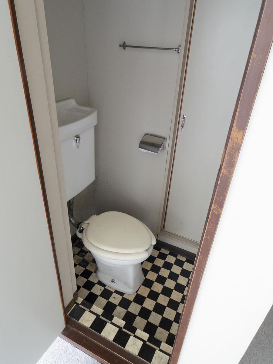 トイレはかなり古めかしく狭い
