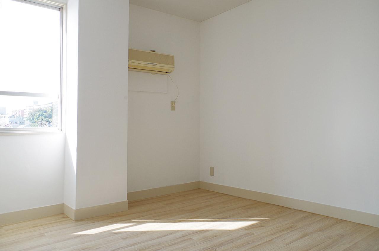 小さめの洋室、逆側に収納が2つあります