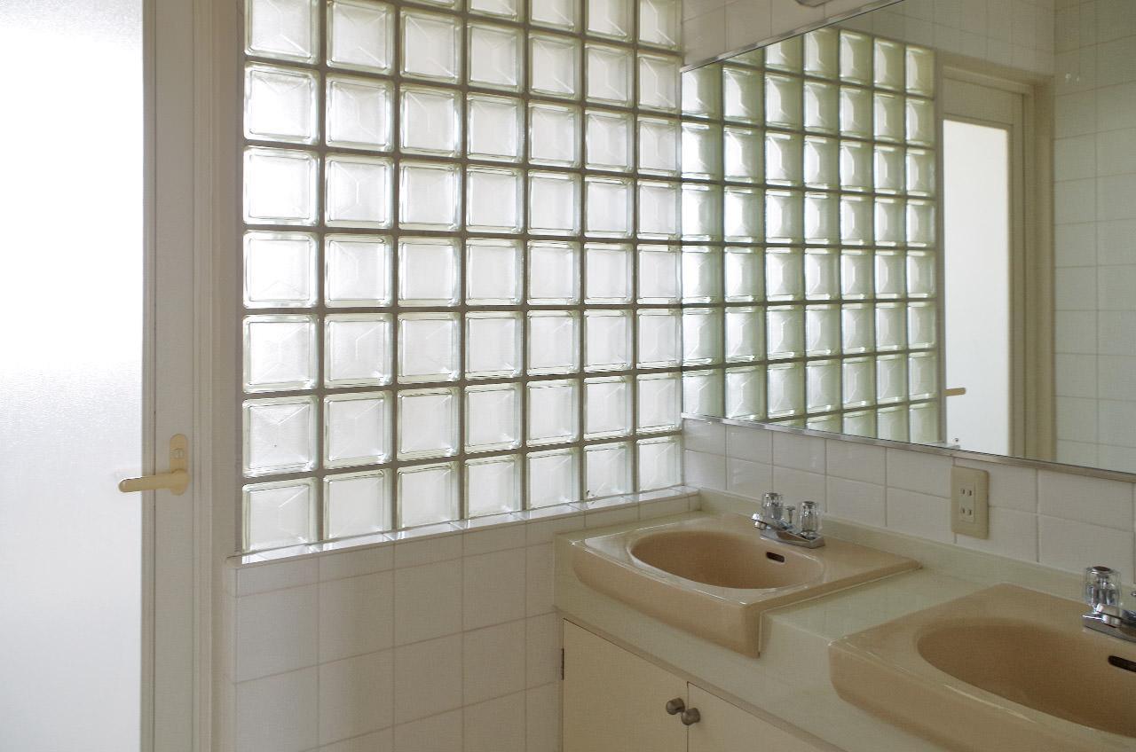 洗面所はガラスブロックから光が入ってきます