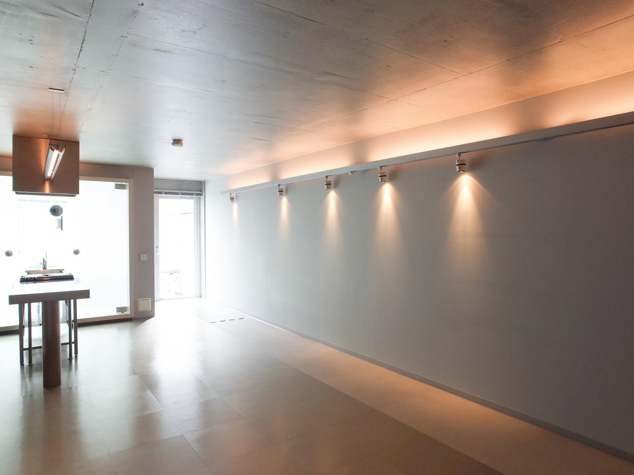 間接照明が無機質な空間に映えます