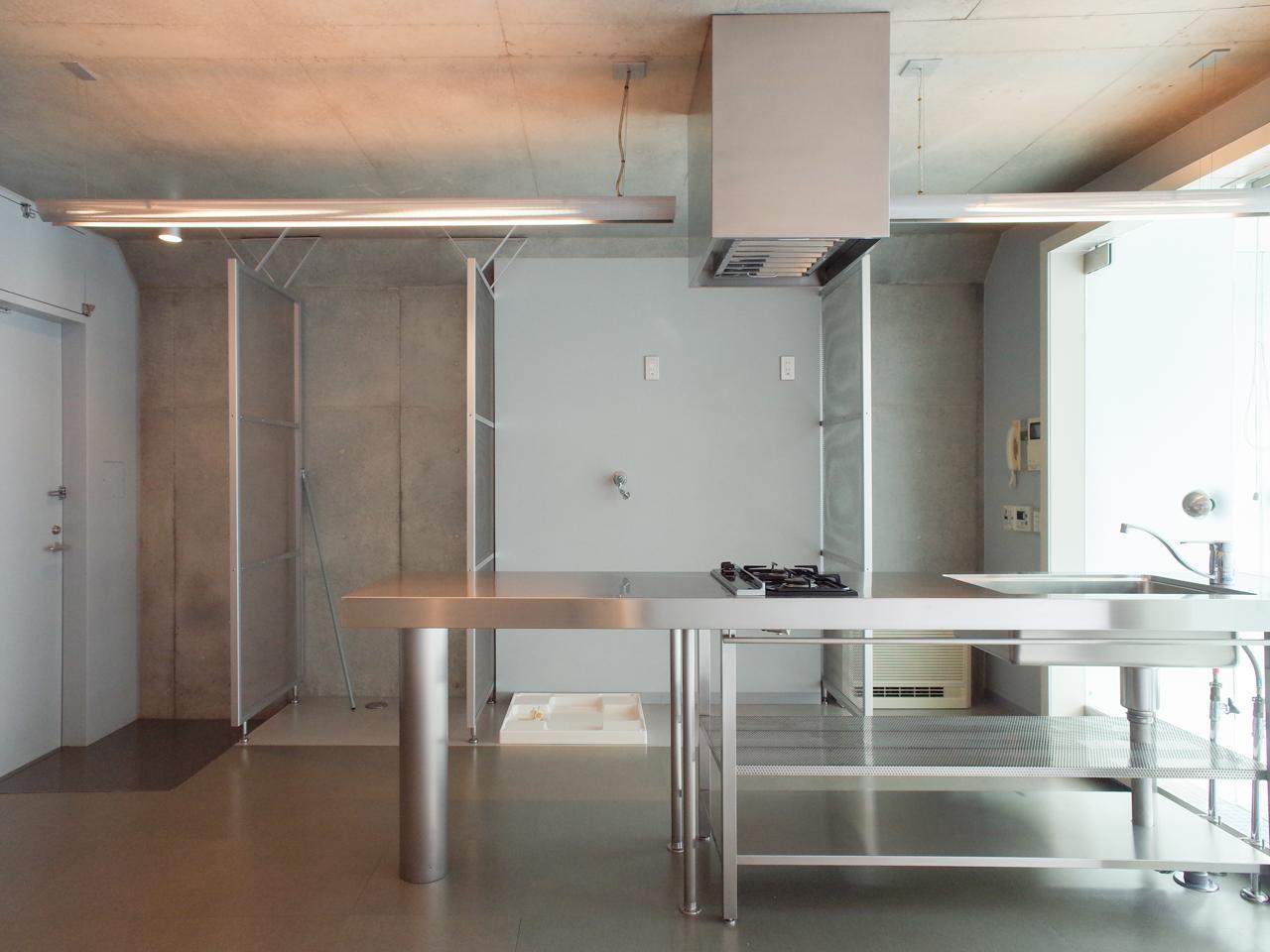 ステンレスのフレームキッチンが空間とマッチ