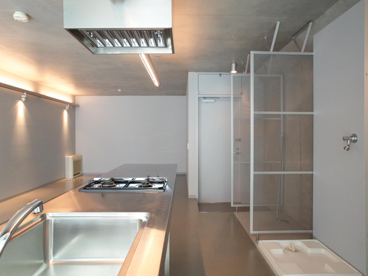 右手に洗濯機置き場・オープンな収納が並んでいます