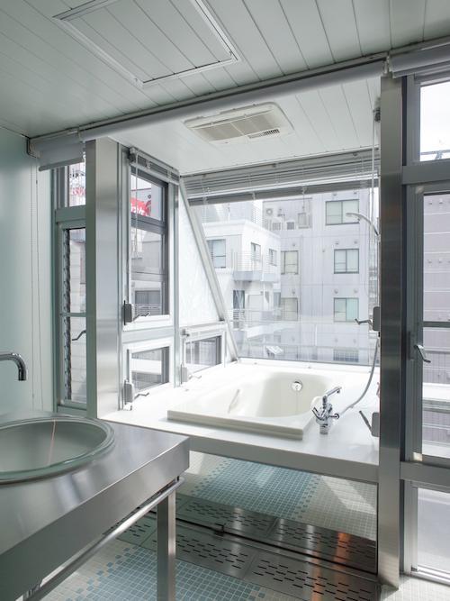 キッチンから連続するように洗面・浴室へとつながります