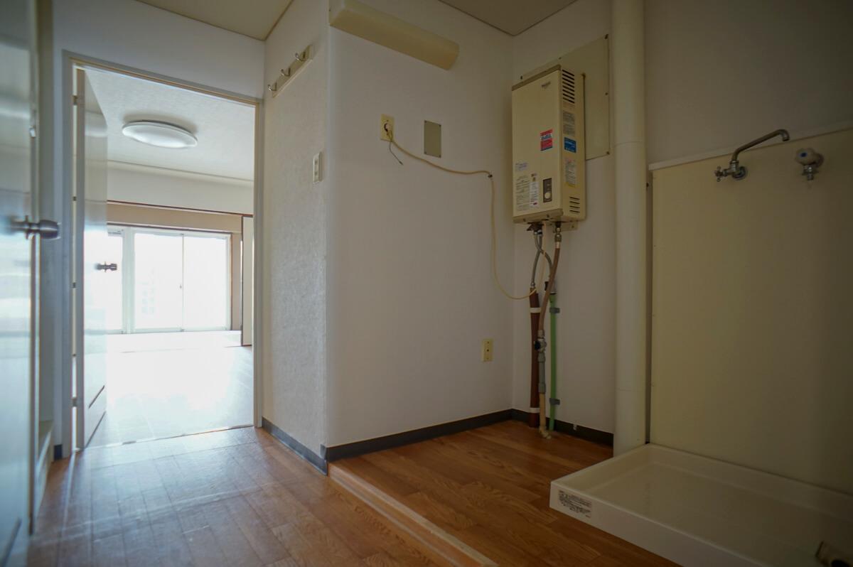 玄関からの視点:右手に洗濯機置き場があります