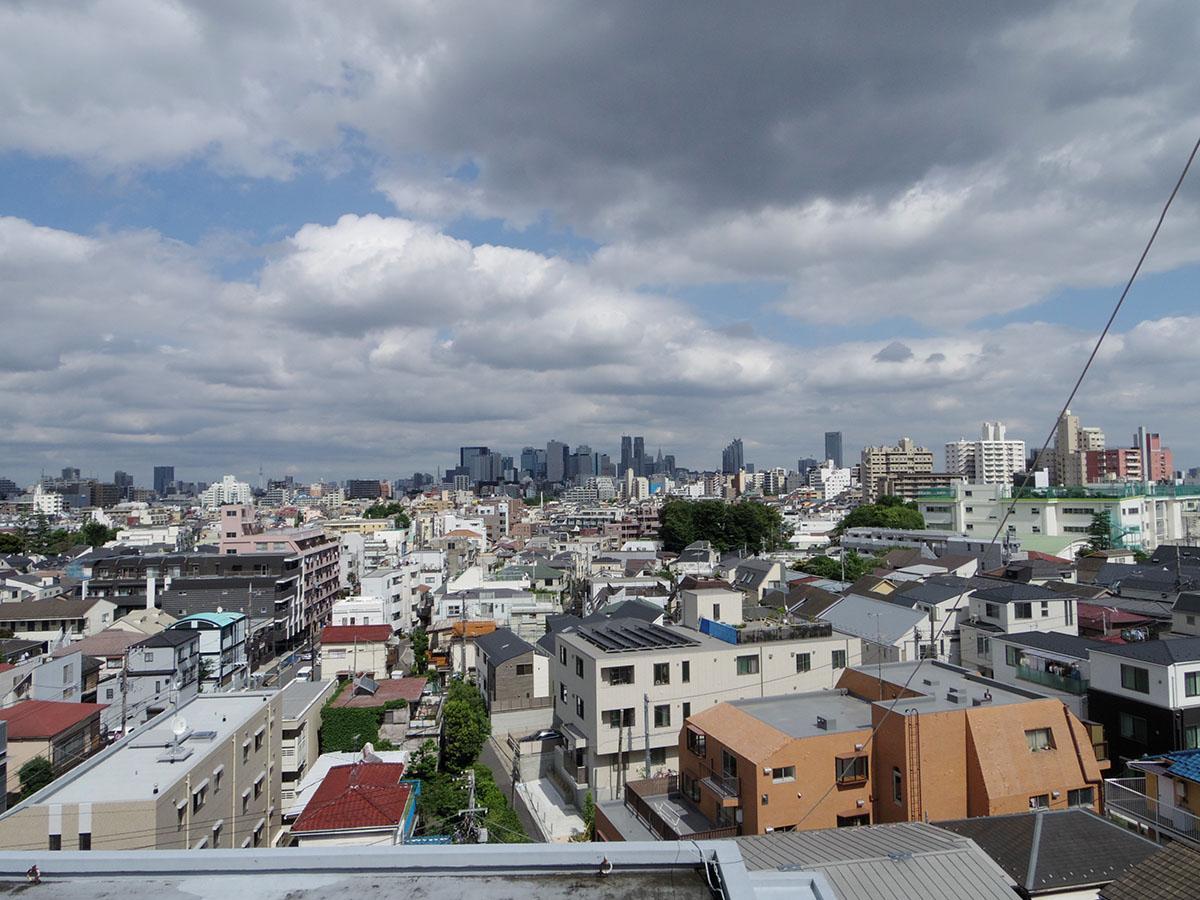 窓からはこの眺望。スカイツリーと東京タワーを眺められるぜいたくさ