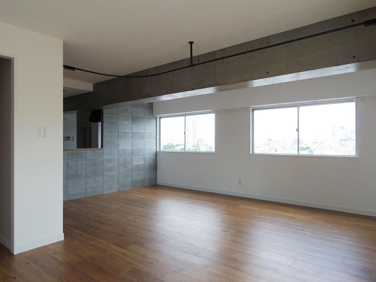 ブロックの壁面前にダイニングテーブルを置けば、景色を眺めながらオシャレに映るスペースの出来上がり