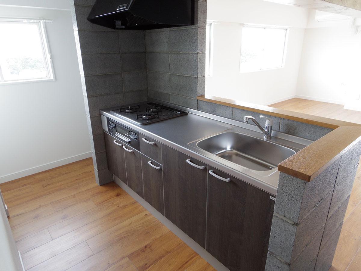 キッチンは新品。窓があるのがいい
