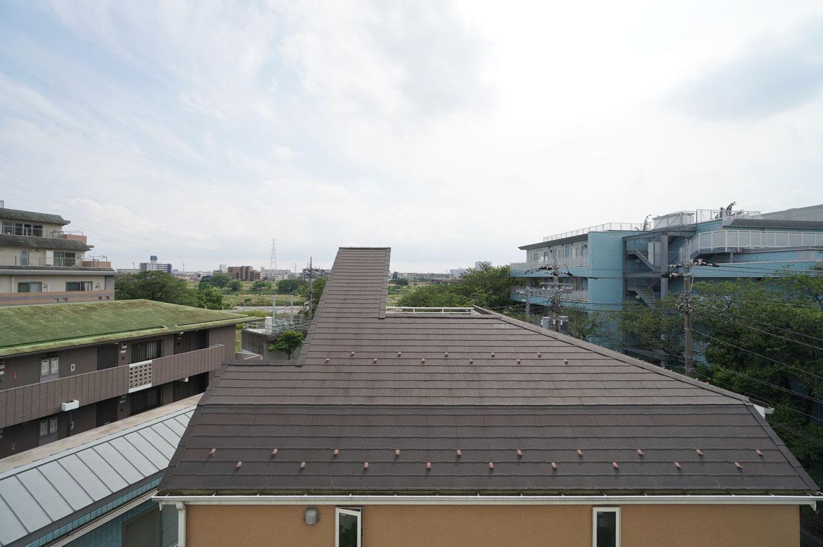 リビング窓からの眺望。奥には多摩川が見えます