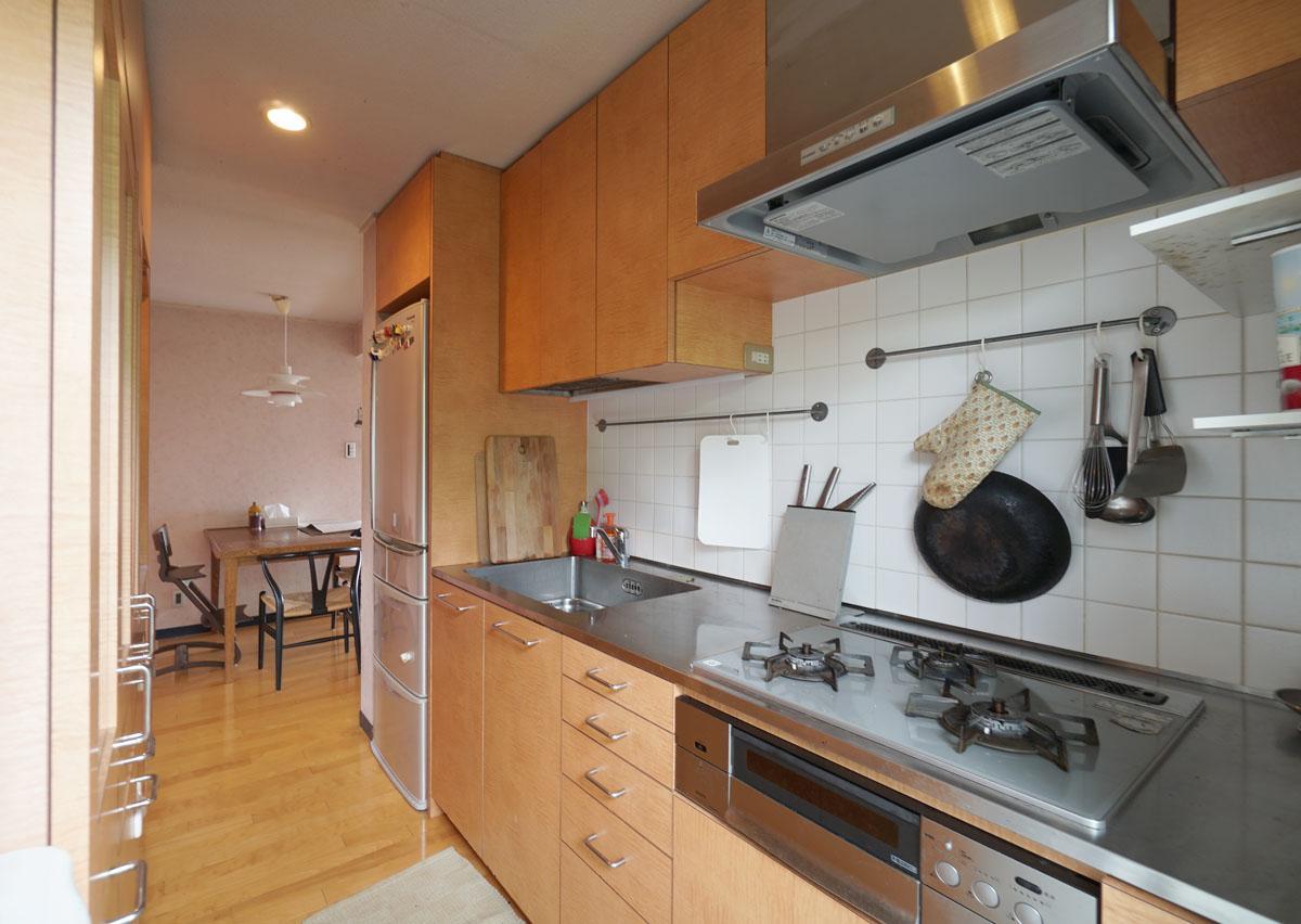 背面に食器棚を備えた使いやすそうなキッチン