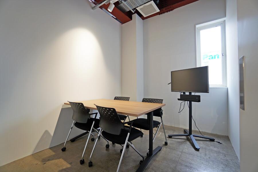 会議室(小)。会議室も天井が高いので、圧迫感はありません