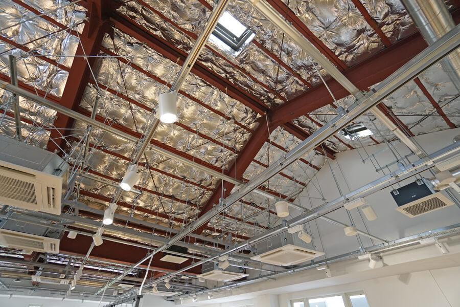 工業的な天井の仕上げ。断熱材もしっかり入っているので、居心地も問題なし